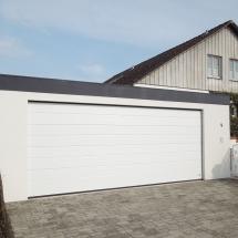 Bild breite Garage in Holzständerbauweise mit Sektionaltor