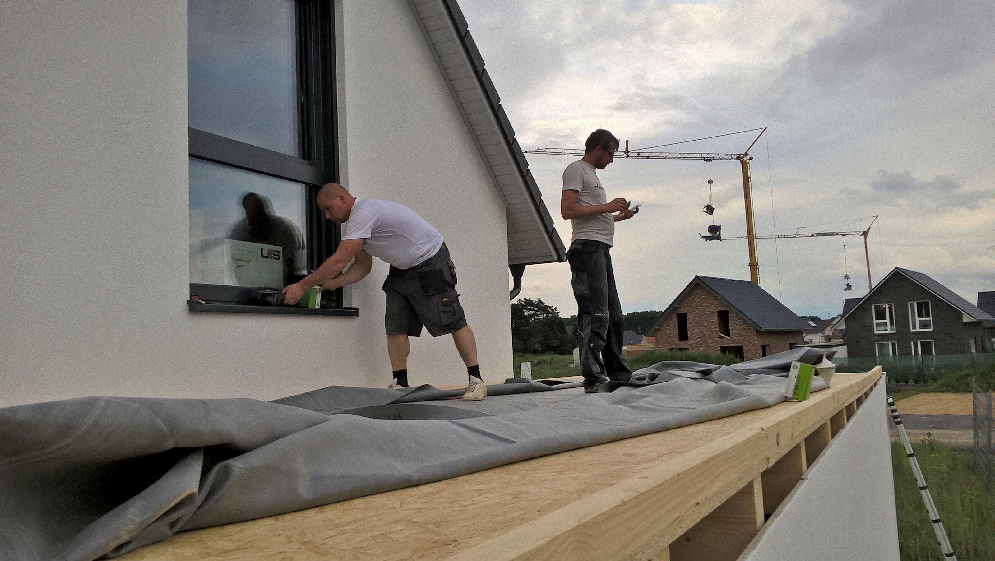Dachfolie bei Holzständer-Garage wird verlegt und verklebt.
