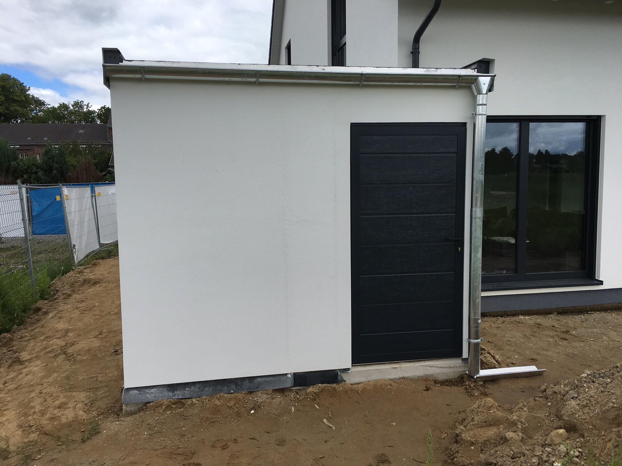 Rückwand Fink Garage In Holzständerbauweise Mit Nebeneingangstür In  Anthrazit Und Verzinkter Dachrinne.