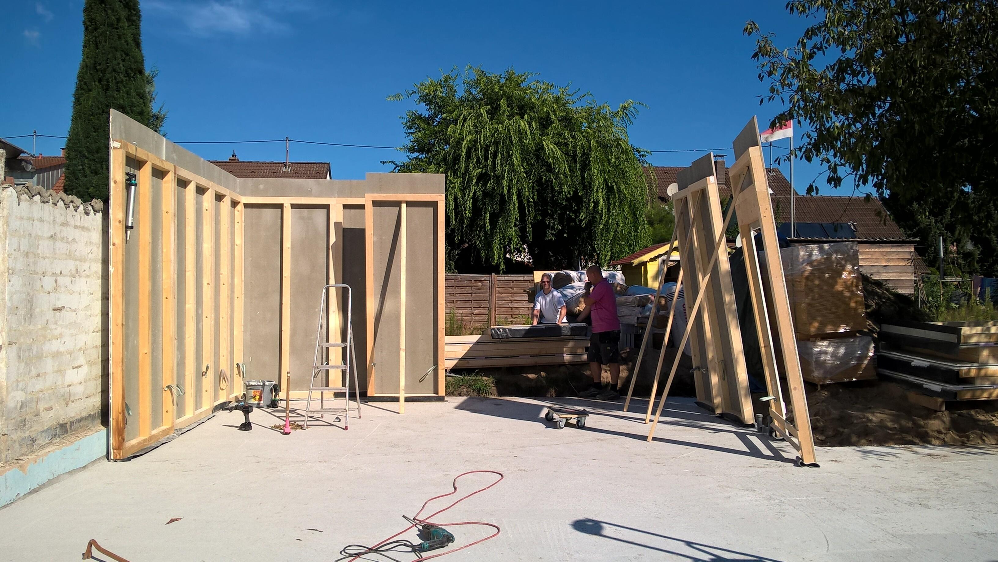 Aufstellen der Wandelemente für 3 Meter hohe Garage in Holzständerbauweise