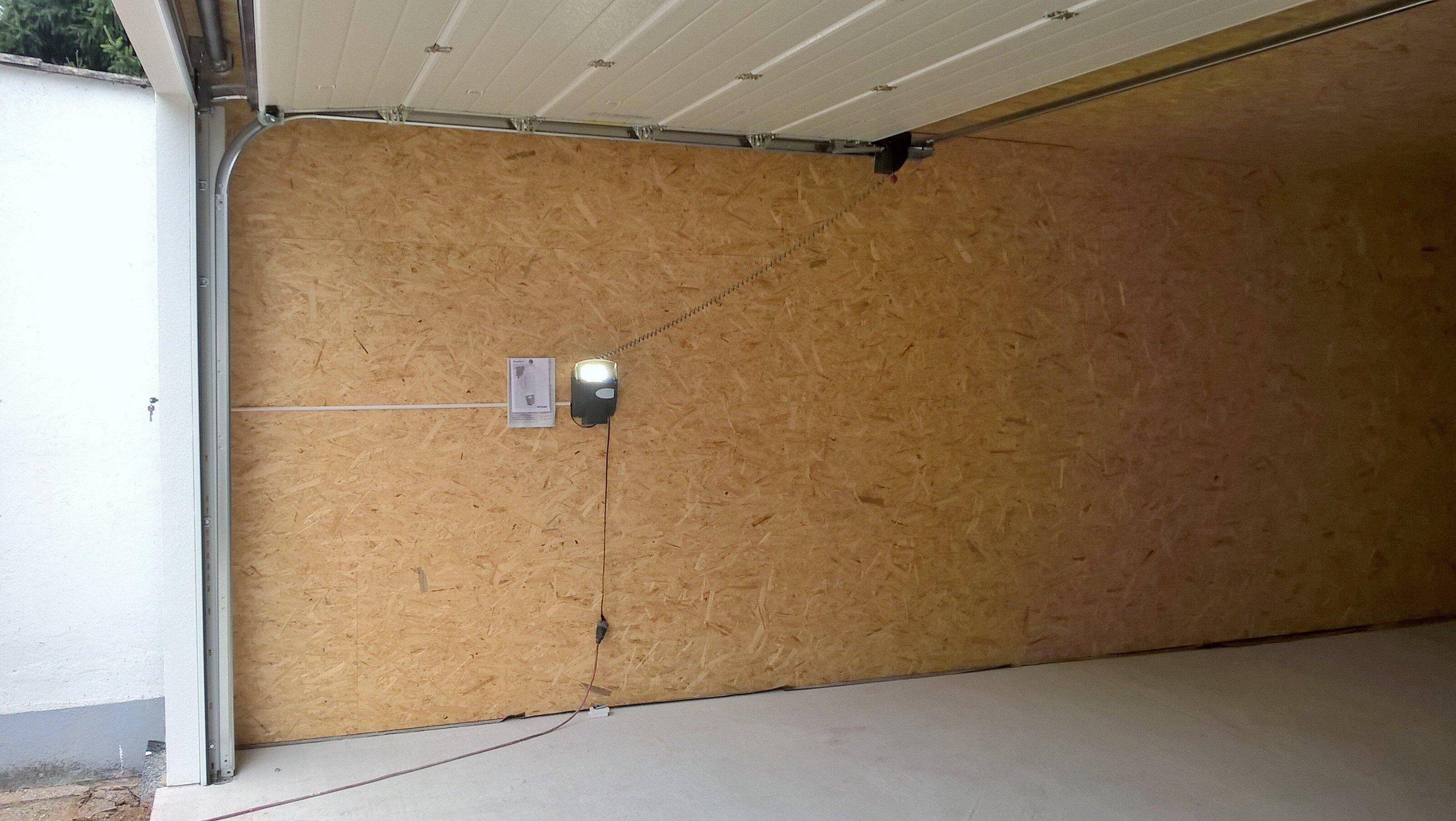 Sektionaltor mit Antrieb in ausgebauter Garage in Holzständerbauweise.