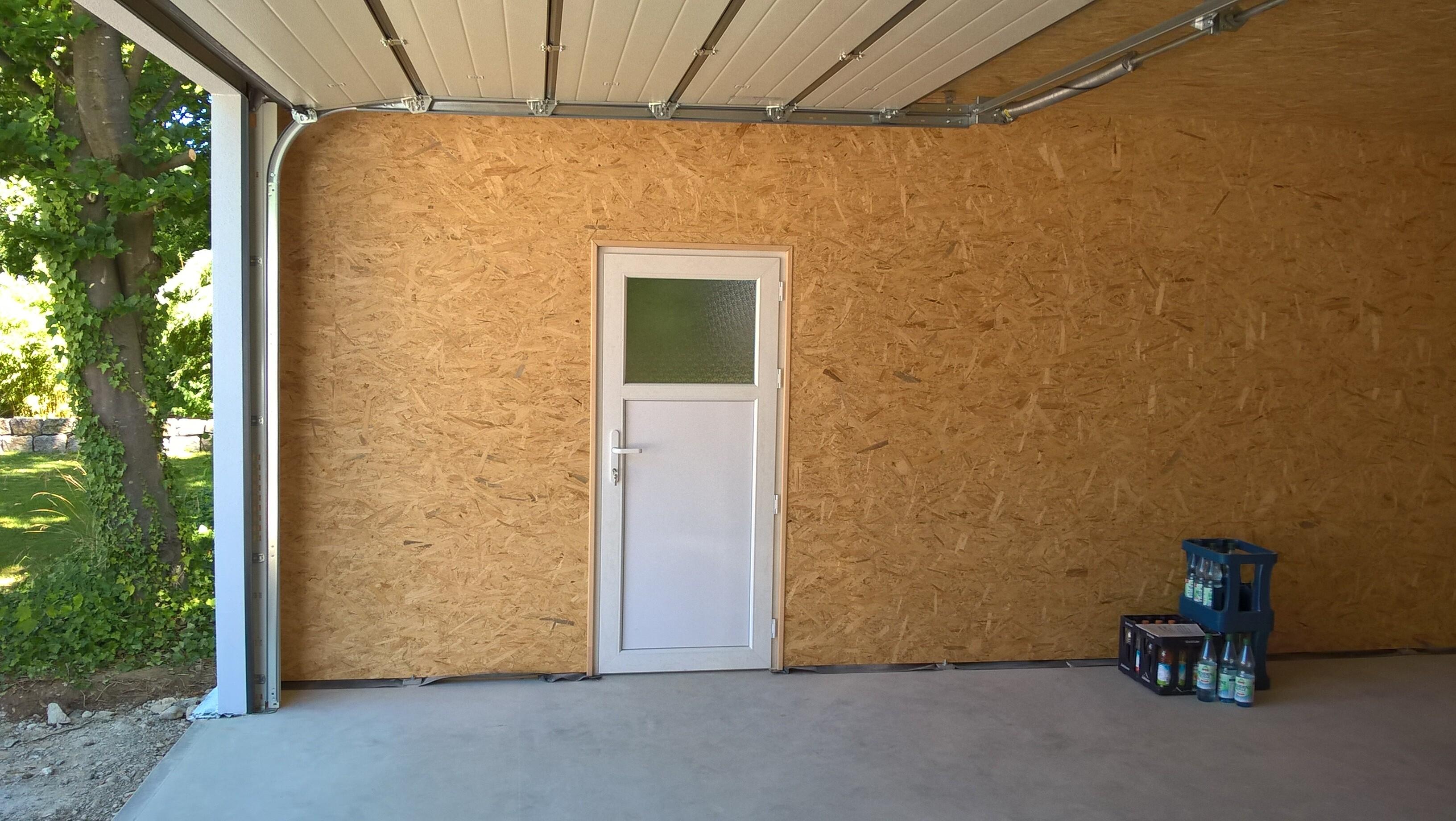 Garage in Holzständerbauweise mit Sektionaltor und Nebeneingangstüre.