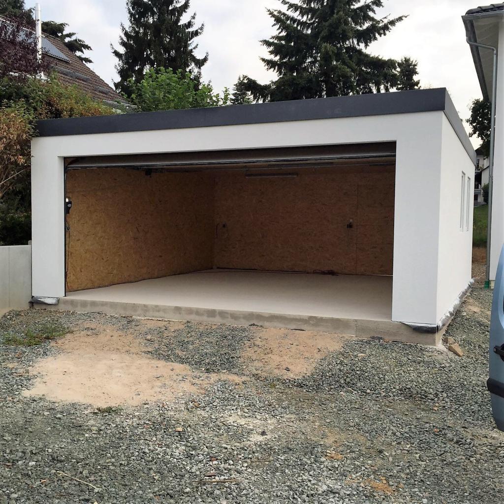Garage in Holzständerbauweise mit geöffnetem Garagentor